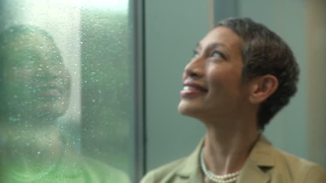 vídeos de stock, filmes e b-roll de cu portrait of female senior executive standing by window / south orange, new jersey, usa - mulheres maduras