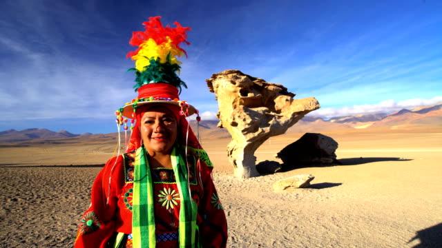 vídeos de stock, filmes e b-roll de portrait of female viewing the rock tree bolivia - adereço de cabeça