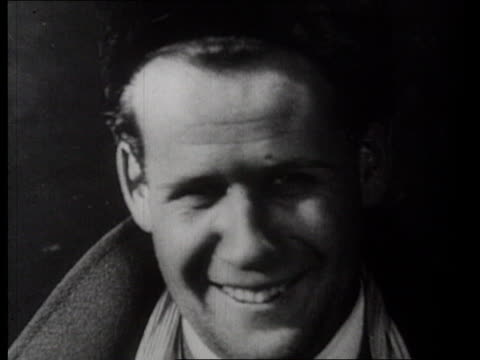 vidéos et rushes de portrait of film director sergei eisenstein, smiling; eisenstein talking to group of students / russia - sourire à pleines dents
