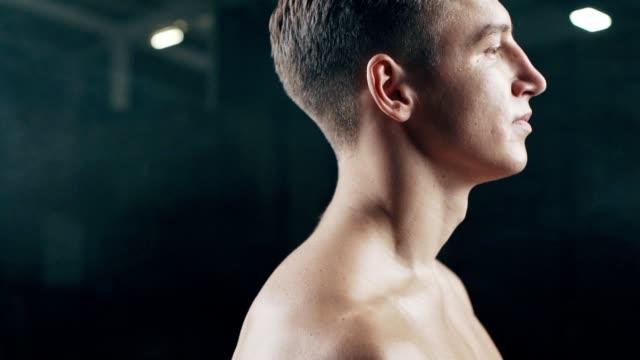 vídeos y material grabado en eventos de stock de retrato del hombre apto en el gimnasio - músculo humano