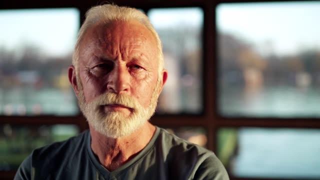 vidéos et rushes de verticale de l'homme aîné d'ajustement dans la gymnastique - visage sans expression