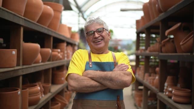 vídeos de stock, filmes e b-roll de retrato do florista pequeno negócio flower shop proprietário - 60 anos