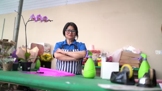vídeos de stock, filmes e b-roll de retrato do florista pequeno negócio flower shop proprietário - frescura