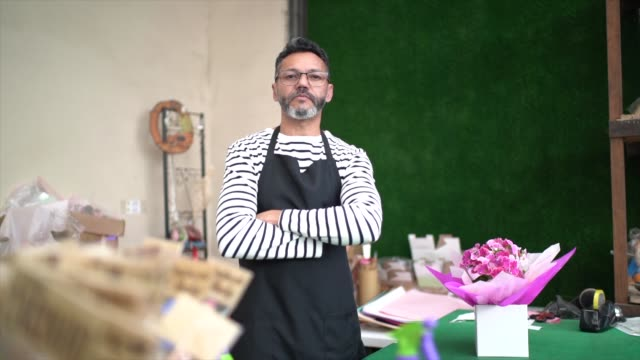 vídeos de stock e filmes b-roll de portrait of florist small business flower shop owner - arranjo