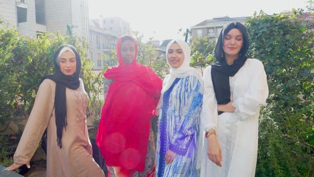 portrait of four women wearing hijabs, italy - モデスト・ファッション点の映像素材/bロール