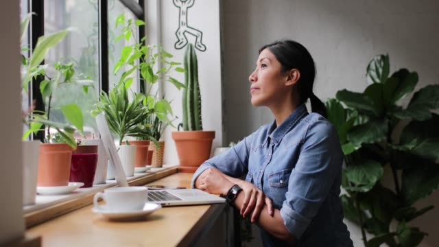 portrait of freelance businesswoman working in a cafe - nativo d'america video stock e b–roll