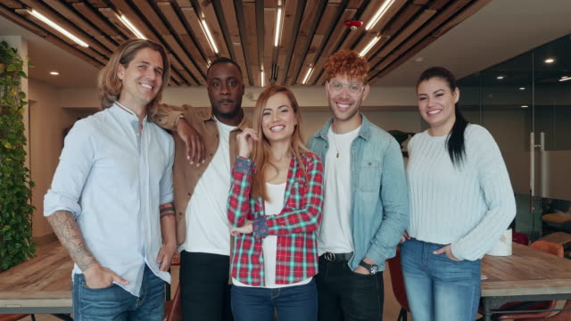 porträt der freunde in coworking office environment - jeans stock-videos und b-roll-filmmaterial