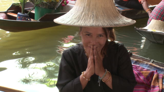 stockvideo's en b-roll-footage met cu tu portrait of fruit seller on damnoen saduak floating market, bangkok, thailand - thailand