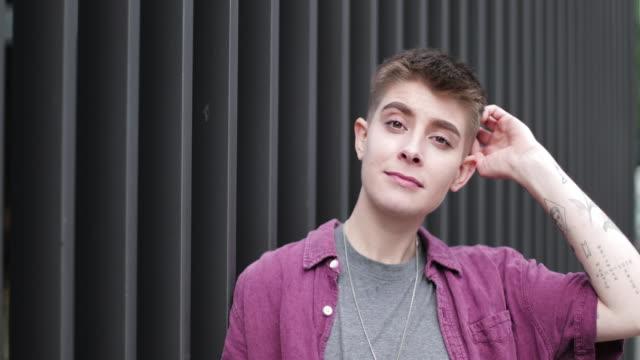 vidéos et rushes de portrait of gender neutral young adult - trans