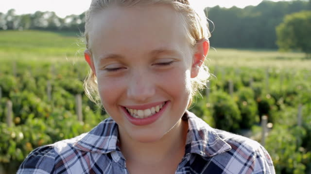 cu portrait of girl (12-13) in field / lebonan township, new jersey, usa - offenes lächeln stock-videos und b-roll-filmmaterial