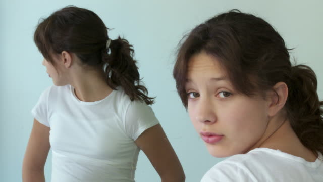 stockvideo's en b-roll-footage met cu, portrait of girl (12-13) looking at mirror in studio - 12 13 jaar
