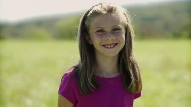 vídeos de stock, filmes e b-roll de ms portrait of girl (8-9) smiling / hampton, new jersey, usa - 8 9 anos