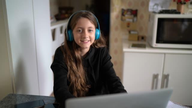 vídeos y material grabado en eventos de stock de retrato de chica que estudia usando computadora portátil en casa - 12 13 años
