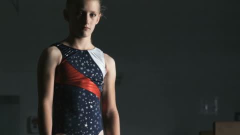 vidéos et rushes de ms tu portrait of girl (10-11) wearing leotard in gym, orem, utah, usa - une seule petite fille