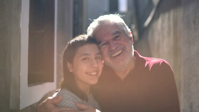 vídeos de stock e filmes b-roll de portrait of grandfather and granddaughter at home - 65 69 anos