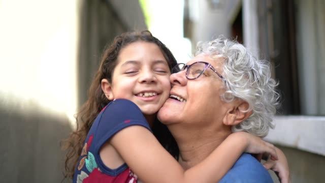 vidéos et rushes de verticale de grand-mère et de petite-fille à la maison - petit enfant