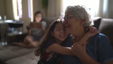 vídeos de stock, filmes e b-roll de retrato da avó e neta em casa - avós e avôs