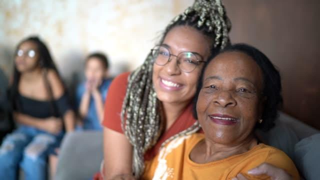 vídeos de stock, filmes e b-roll de retrato da avó e neta abraçados em casa - 20 anos