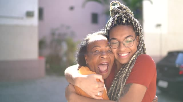 vídeos de stock, filmes e b-roll de retrato da avó e neta abraçando - avó