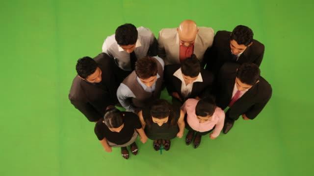 vidéos et rushes de portrait of group of business people smiling  - plan large