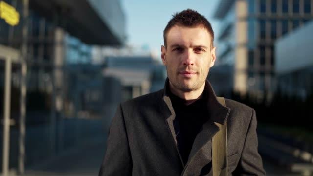 vídeos de stock e filmes b-roll de portrait of handsome businessman - plano charriot