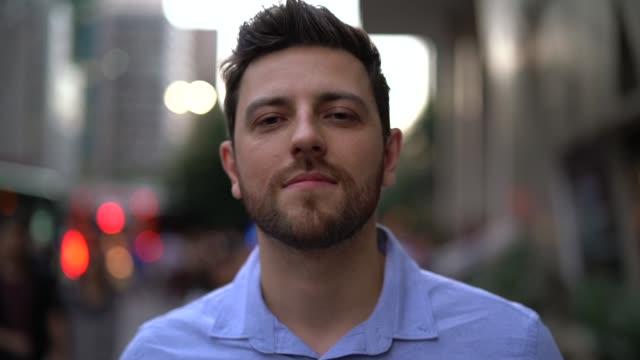 vidéos et rushes de portrait de bel homme dans la ville - jeunes hommes
