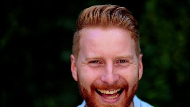 stockvideo's en b-roll-footage met portret van knappe roodharige man die lacht - roodhoofd