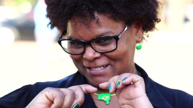 vídeos de stock, filmes e b-roll de retrato da mulher brasileira feliz - 50 54 anos