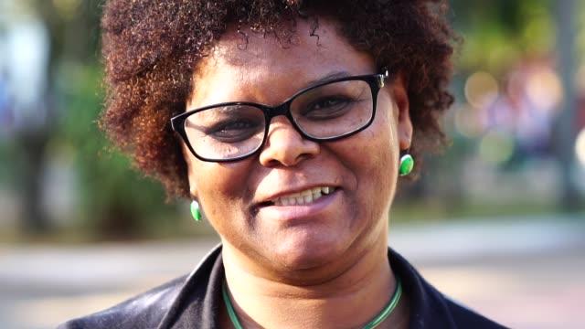 vídeos de stock, filmes e b-roll de retrato da mulher brasileira feliz - sorriso aberto