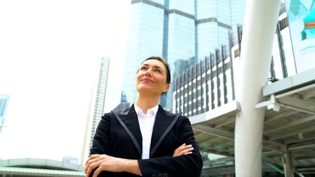 porträt von happy geschäftsfrau stehend an das gebäude. - profil stock-videos und b-roll-filmmaterial