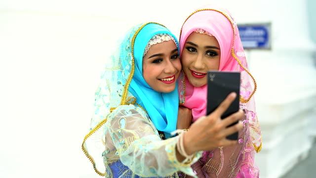 Porträt der glückliche Paar junge Islam Frauen unter einem Selfie zusammen.