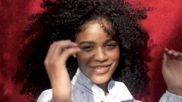 portrait of happy curly haired african-american woman, close up - svart hår bildbanksvideor och videomaterial från bakom kulisserna