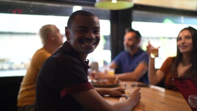 vídeos de stock e filmes b-roll de portrait of happy customer at restaurant - almoço