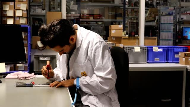 Porträtt av glad ingenjör reparera mobiltelefon