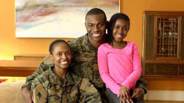 vídeos de stock, filmes e b-roll de retrato de família feliz militar - exército