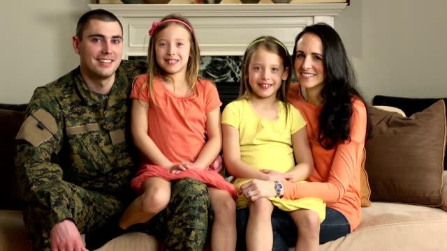 porträt von glücklich familienmitglieder von militärangehörigen - wohngebäude innenansicht stock-videos und b-roll-filmmaterial