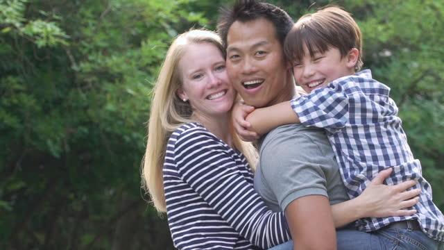 ritratto di felice famiglia multietnica - popolazione dell'asia orientale video stock e b–roll