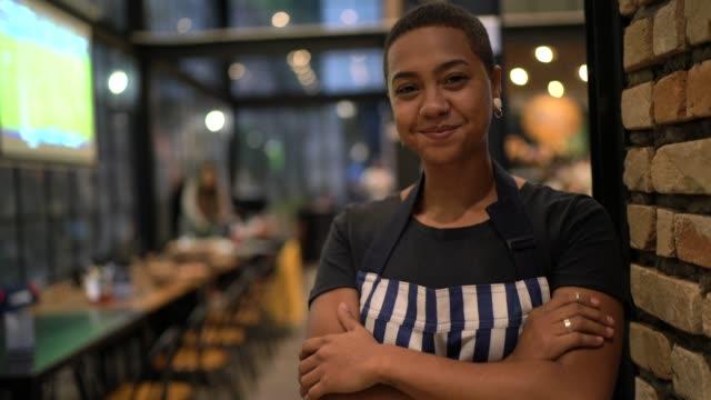 porträt des glücklichen restaurantbesitzers mit gekreuzten armen - gastwirt stock-videos und b-roll-filmmaterial