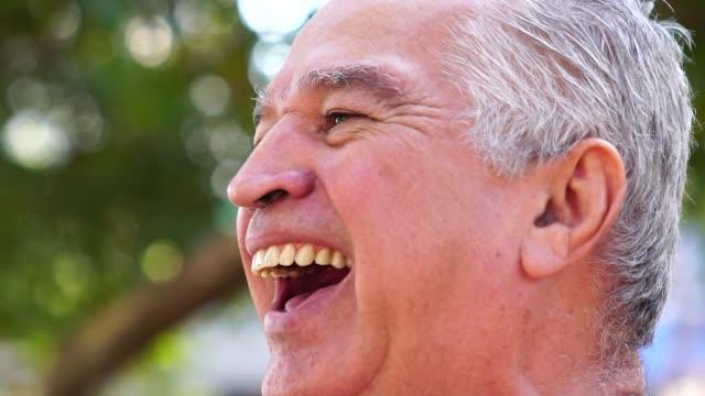 vídeos de stock e filmes b-roll de portrait of happy senior man - gaúcho