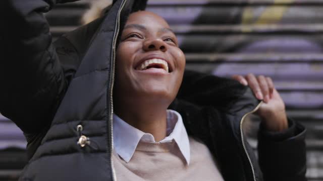 vídeos de stock, filmes e b-roll de retrato da mulher feliz abafa em uma jaqueta - frio