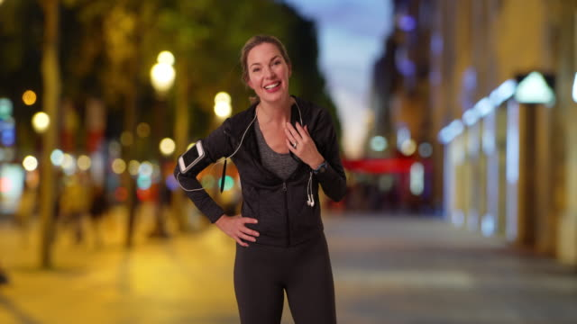 stockvideo's en b-roll-footage met portrait of healthy female jogger in the city at night - jogster