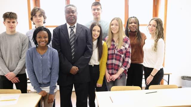 vídeos de stock e filmes b-roll de portrait of high school class and their teacher in classroom - 16 17 anos