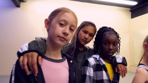 vídeos y material grabado en eventos de stock de ms portrait of hip hop dance group in studio after practice - niñas