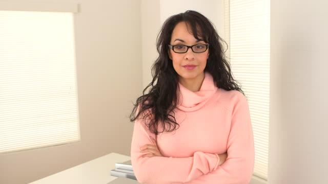 vidéos et rushes de portrait of hispanic businesswoman - une seule femme d'âge moyen