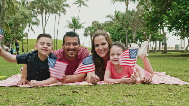 vídeos y material grabado en eventos de stock de retrato de la familia hispana celebrando las vacaciones americanas - cuatro de julio