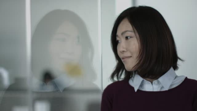 portrait of japanese business woman in office - spegling bildbanksvideor och videomaterial från bakom kulisserna