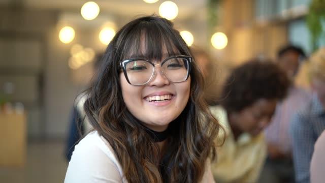 stockvideo's en b-roll-footage met portret van japanse zakenvrouw at business conference-evenement - generatie z