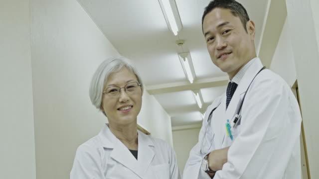 porträtt av japanska läkare som söker till kameran - labbrock bildbanksvideor och videomaterial från bakom kulisserna