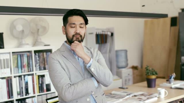 スマート フォンの日本グラフィック デザイナー ブラウジングの肖像画 - ホワイトカラー点の映像素材/bロール