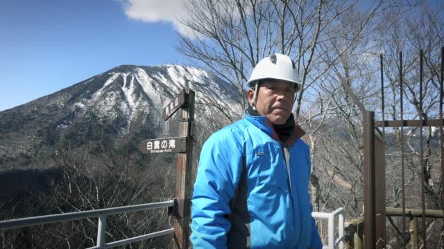 portrait of japanese worker in hard hat - japan - 労働者階級点の映像素材/bロール